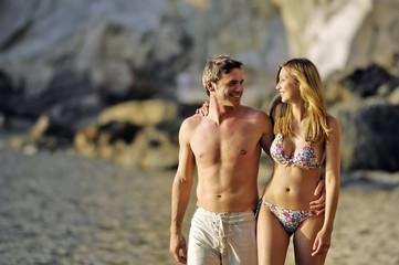 coppia che cammina sulla spiaggia