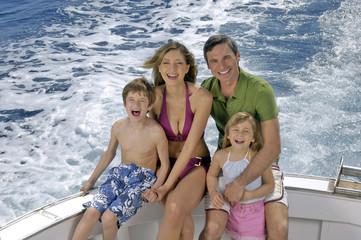 famiglia in barca felice