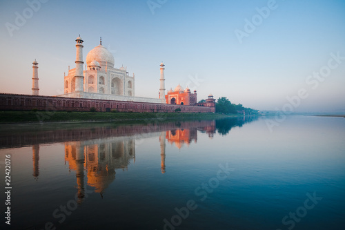 Staande foto India Sunrise at Taj Mahal on Jamuna river