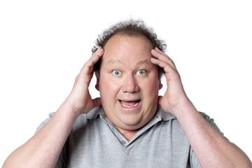 homme obèse stupéfait de joie