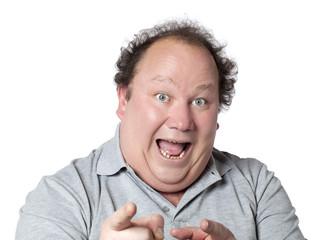 homme obèse heureux montrant de l'index