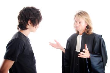 Avocat discutant avec son client mineur