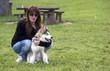 Husky malamute e ragazza