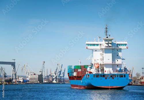 kontenerowiec-wplywajacy-do-portu-w-gdyni