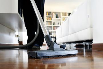 pulizie casa con aspirapolvere