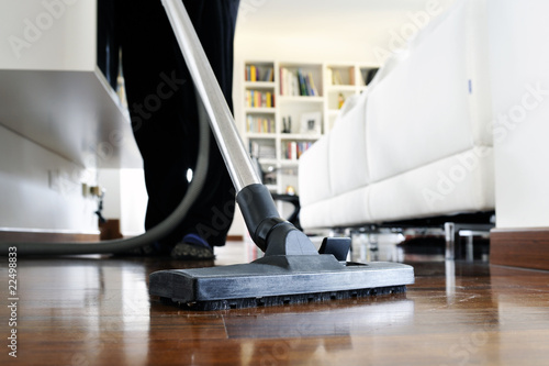 Leinwanddruck Bild pulizie casa con aspirapolvere