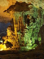 Cueva en la bahía de Halong en Vietnam