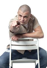 homme accusant provocant menaçant