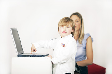 Junge am Computer
