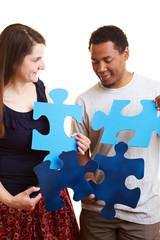 Paar löst Puzzle
