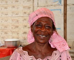 Gut gelaunte Marktfrau in Afrika