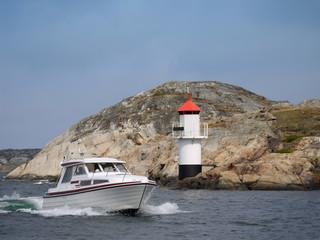 Motorboot am Leuchtfeuer