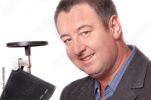 Mann mit Briefwaage