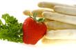 Weisser Spargel mit Erdbeeren und Petersilie