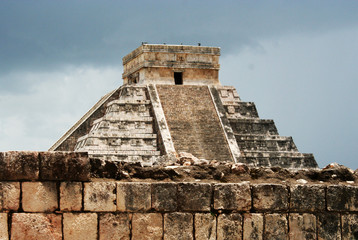 la piramide di chichen itza prima della tempesta, messico