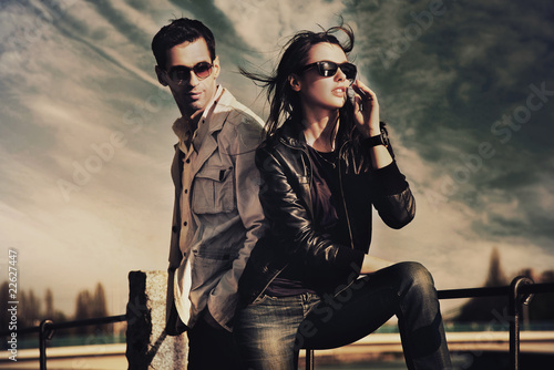 Poster Attractive young couple wearing sunglasses