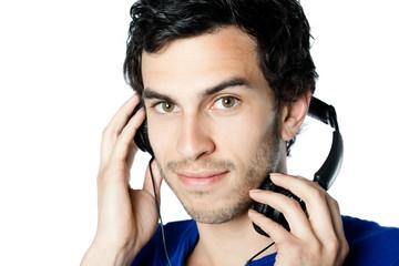 homme brun casque musique