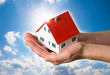 Traum vom Eigenheim Haus mit Händen