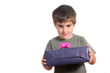 bambino mostra pacco regalo