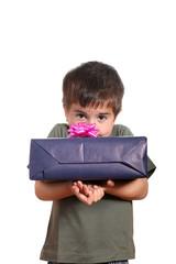 bambino con pacco regalo