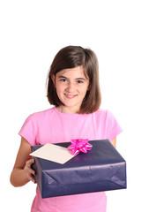 bambina con pacco regalo e biglietto