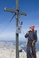 junge Frau am Gipfelkreuz