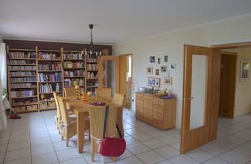 modernes Wohn-Esszimmer in einem Einfamiliennhaus