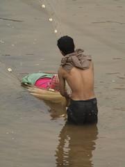 Pescando en un río en Vietnam