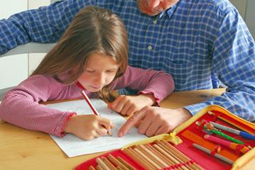 Vater hilft bei den Hausaufgaben