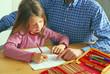 Papa hilft bei Hausaufgaben