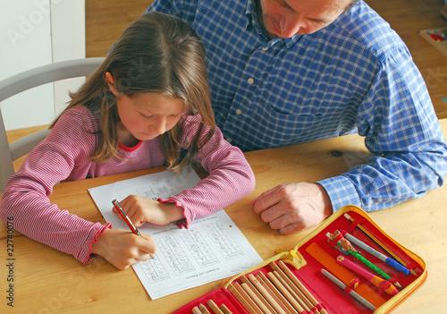 Vater und Tochter bei Hausaufgaben