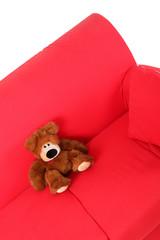 orsacchiotto sul divano rosso