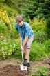 Mann beim Umgraben im Garten