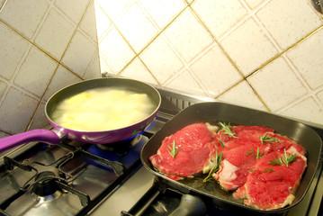 Patate fritte e carne alla bistecchiera