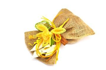 Sacchetto di juta con fiori secchi e confetti