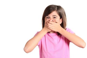 bambina con le mani sulla bocca