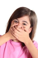 bambina con mani sulla bocca