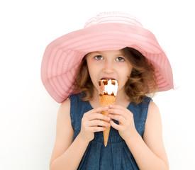 bimba che mangia un cono gelato
