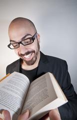 uomo con libro che legge