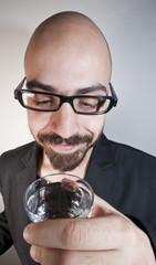 uomo con occhiali che beve