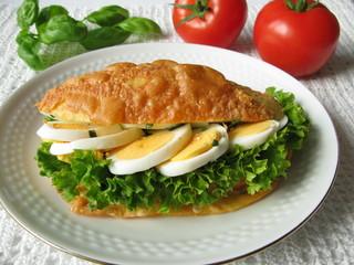 Käsebrötchen mit Ei