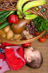 Baby mit Lebensmitteln