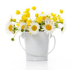 secchio con fiori