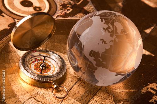 Leinwanddruck Bild Old Compass and globe