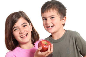 bambini allegri con mela rossa