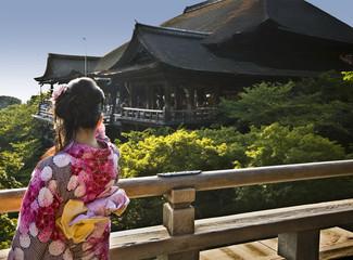 Ragazza con Kimono Floreale