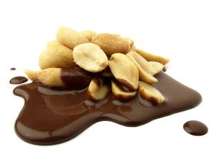 Cacahuetes sobre chocolate derramado