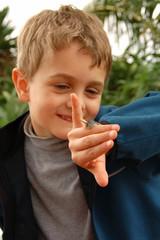 Kind mit Schnecke