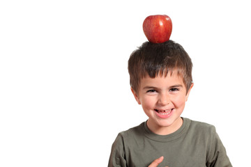 equilibrio - bambino con mela rossa sulla testa