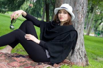 Ragazza sotto un albero in relax dopo l'università